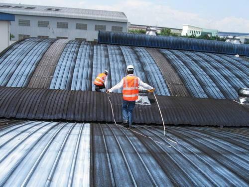 Thợ lợp mái tôn tại công trình